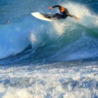 『冬の浪』 サーファー