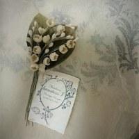 小さい花のコサージュとスズラン