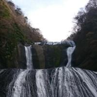 母親と 訪れたるは 紅葉の 鮮やかなりし 袋田の滝