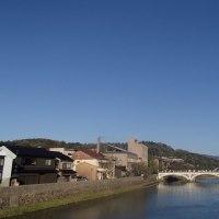 午後は、雲量ゼロの快晴。空も青ければ、川の水も青い。