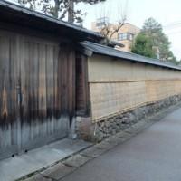 藩士の家の塀も、菰掛けで冬支度。彦三町1丁目。