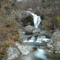 国道48号沿いの滝