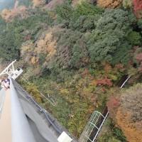 須津川渓谷の紅葉:須津川渓谷橋はいろいろな所から観光客がやって来ています。