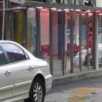 ソウルでは、「青少年通行禁止区域」で、堂々と売春が行われている  ガラス戸の軒先でアガシ達が男を誘う