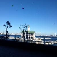 「風船が 浜のホテルの 空を舞う」風船川柳