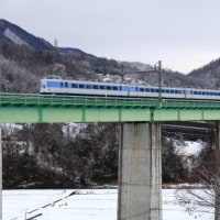未明に降った雪の中の鳥沢橋梁でホリデー快速富士山