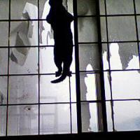 ボロボロの窓際