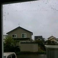 雨が降っています、ストーブを付けてます!