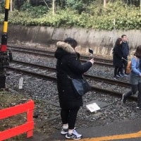 松本伊代さんと早見優さんが記念写真を行った踏切付近が今や観光スポット。多くの人が訪れ同じ場所で記念写真を撮っている