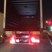 「大型トラックの後部扉が………」