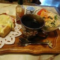 三木市 緑が丘  珈琲館 サンさんにてピザトーストにかぶりつきでございます。