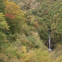 駒止の滝 紅葉始まる