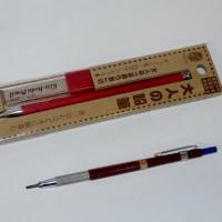 大人の鉛筆を使う