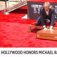 チャイニーズシアターにて、マイケル・ベイ監督が手形と足型を残すセレモニーに出席