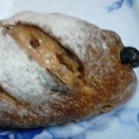 ラム酒レーズンと焙煎胡桃の天然酵母パンが夕方食で:D