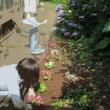 花壇で作業