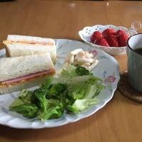 朝食はサンドイッチ