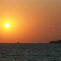 GWの佐渡を楽しむ 真野湾岸の岩の風景と夕日をセットに..