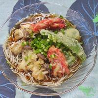 カニカマを天ぷらにして冷やし蕎麦に並べる朝