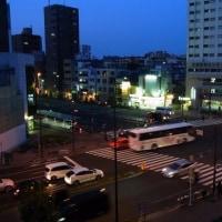 交差点の夕闇