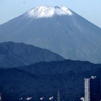 カメラ片手に 冠雪の富士山