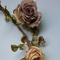シルクデシンの大輪薔薇でリースを作りました