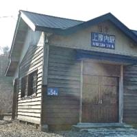 JR北海道根室本線の上厚内駅、木造駅舎と列車①