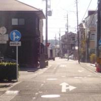 迷う異なる道路標識