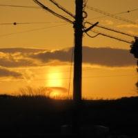 東の空に朝日の光柱が