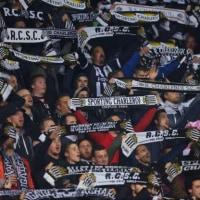 フランスに続きベルギーでも、ファンが爆竹投げ入れ試合中止!