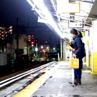 冬雨凌ぐ駅ホーム