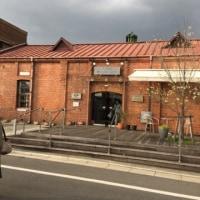 レンガ造りのこぎり屋根のパン屋さん