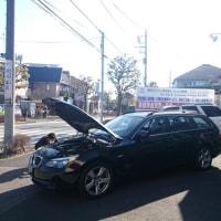 晴天の今日、輸出予定のBMW「530Xi」の写真撮影を店頭にて