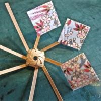 竹で編んだカザグルマ(風車)に付ける和紙を切る