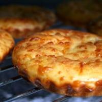タルトレット型で焼いたシンプルなハムとチーズの軽いマフィン