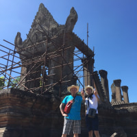 プリアヴィヘア遺跡へプライベートタクシーアートと日本人男性2人リピーターと遺跡巡り