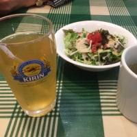 昼飯を食べます。スープとサラダがきました。食べ始めます。