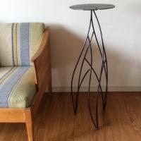 動きを演出するデザインのアイアン飾り台