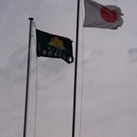 毎日、国旗と校旗があがっています。