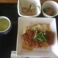 3月20日の日替り定食550円は トンカツ、ニンニク生姜ソース です。