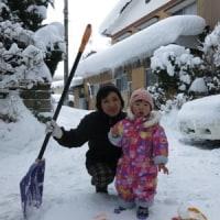 凍結道路に融雪剤を撒く