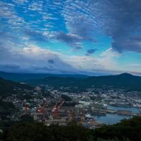 2016 秋の九十九島の夕景(沈みゆく太陽に誰しも雲が切れることを願うが)《佐世保市石岳展望台》