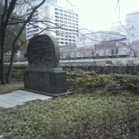 『浪速史跡めぐり』淀屋の屋敷跡・地下鉄淀屋橋の上の交差点の南西に淀屋の屋敷跡碑と林市蔵記念像がある。