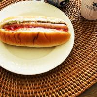朝ご飯は、ホットドッグとヨーグルト(セブンイレブン)
