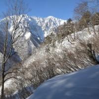 谷川岳東面を眺めながら白毛門へ