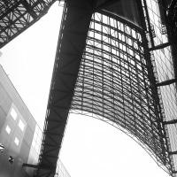 京都駅ビルはモノクロで