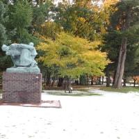 2016年10月21日の写真。紅葉が終わる前に初雪が積もった