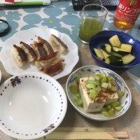 昼飯。餃子を食べます。