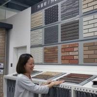 暮らしの趣をデザインするように素材、建材の検討いろいろと・・・・建築の佇まい・印象を左右する外壁の設計デザインにも関係する建材「サイディング」の種類と特徴。