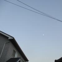 月と街の夕暮れ